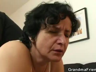 彼女 gets 彼女の 古い 毛深い hole filled とともに two cocks