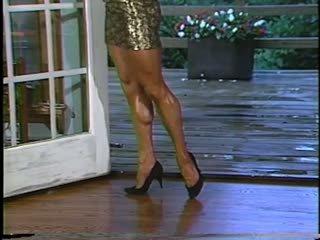 Joanne mccartney shows з її дивовижна ноги в коротка спідниця