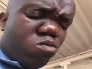 Sexy ebony agent geneukt door dwerg video-