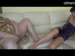 Товстушка бабуся і молодий дівчина мастурбує разом відео