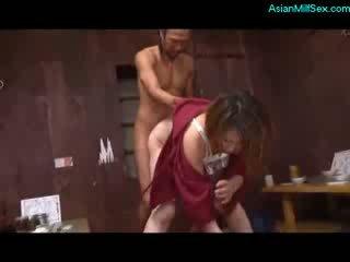 Vyzreté žena v kimono satie vták fucked podľa 2 guys na the dlážka