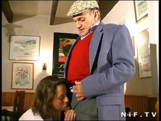 צרפתי אמא שאני אוהב לדפוק ב שלישיה עם papy מציצן ב a restaurant
