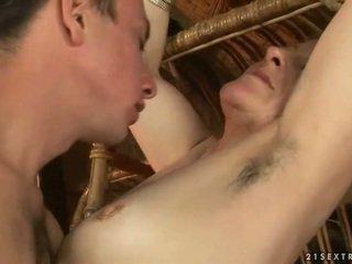 Bunica și baiat enjoying fierbinte sex