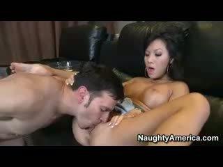 Aziatisch pornoster asa akira geneukt hard en facialized