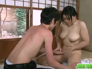 Japonais mûrit: japonais mature nana avec son jeune maigre lover.