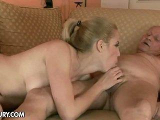 Blonde nana fucks par an vieux homme