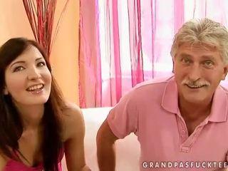Bunic și adolescenta beauty enjoying fierbinte sex
