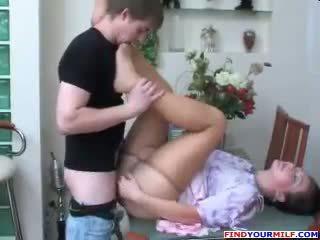 Orosz anya és fiú harisnyatartó fétis szex