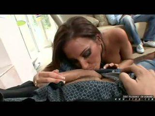 E stërmadhe boobed adriana deville receives të saj throat busy duke thithur një i vështirë njeri lëpirëse