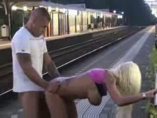 Offentlig avsugning och kön vid tåg station video-