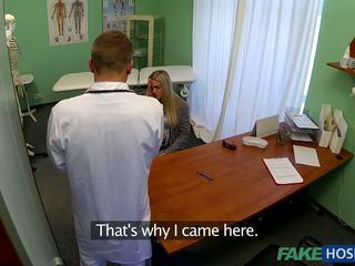 Daktaras banged jaunas pacientas.