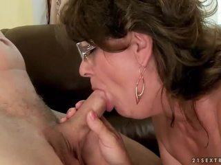Nenek menghisap dan menunggang muda zakar/batang