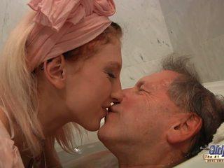 Ado blonde housekeeper fucks avec elder homme après bain.