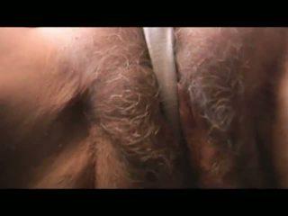 Érett szőrös nagyi strips és teases majd begins szopás fasz keresztül pants