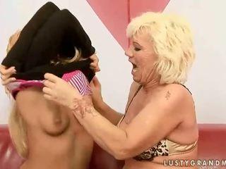 おばあちゃん と ティーン enjoying ホット レズビアン セックス