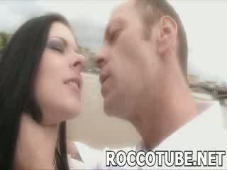 Harter sex slaps ein schlecht prostituierte und spits im sie gesicht vor er fucks sie. nicht für die faint hearted!