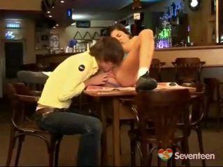 Enticed por la camarera