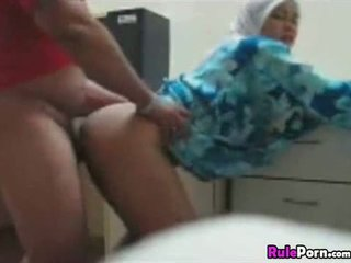 Arab tyttö perseestä alkaen takana
