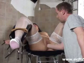Blond mamuśka fist fucked przez jej doktor