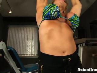 Ώριμος/η female bodybuilder works έξω γυμνός