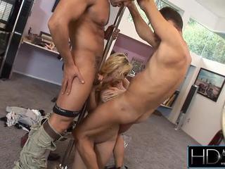 Götüne jaýirmak siffredi screws a erotic blondinka stripper nearby the friend.
