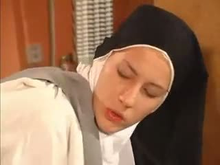רטוב חריץ נזירה אנאלי מזוין על ידי the priest