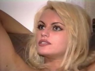 Anita berambut pirang