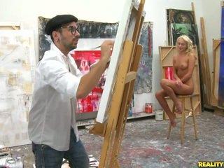 An artist देख के लिए एक मॉडेल को paint