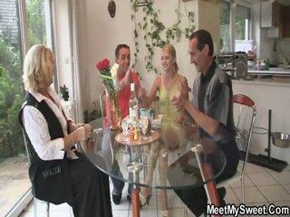 Φοβερό 3 μερικοί πορνό πάρτι στο αυτήν birthday