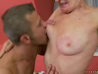 Heiß oma gets sie haarig muschi gefickt
