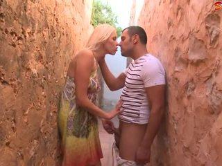 Blondinke najstnice fucks turist v alley