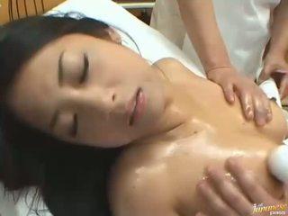 Japans pop satomi suzuki die enjoys een massage