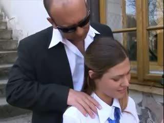 Prof baise écolière en uniforme