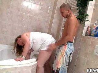 ผู้หญิงไซส์ใหญ่ bet: lewd ผมสีบรูเนท มันย่อง ผู้หญิงสำส่อน ลง และ เถื่อน ใน ห้องน้ำ
