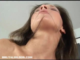 Monster dildo stuffs kåt brunette