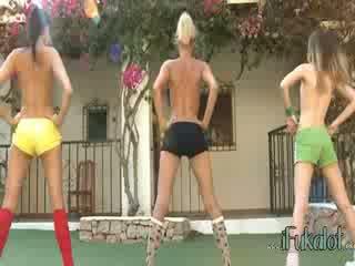 Trio עירום lezzies עשייה אירובית