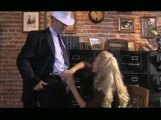 หยาบคาย สีบลอนด์ cassie หนุ่ม receives ลง การดูด ควย ก่อนที่ slipping มัน ขึ้น gash