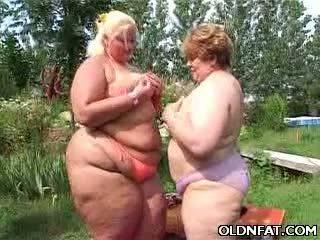 Tučné vyzreté lesbičky having sex outdoors