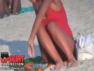 Guy spied các khá tốt shaped thân thể của lâu legged bimbo trong các nóng micro bikini