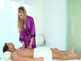 Fierbinte masseuse sucks clients pula