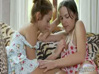 Two potrebni lesbo dolls pleasuring puss s s prstom