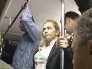 Seksikas blond tüdruk kuritarvitatud juures buss