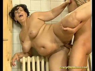 Bruneta pieptoasa vechi mama inpulit