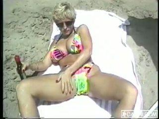 Tettona danni ashe sole farsi il bagno a il spiaggia