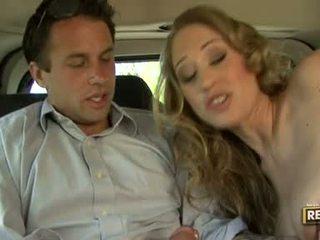 Nxehtë blondie abby rode deliciously pleasures të saj gojë me një kokosh plugged në ajo