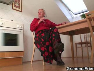 Vana lipakas enjoys two cocks ja dildo