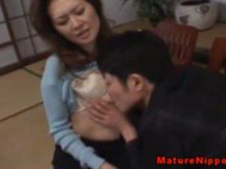 Dojrzała azjatyckie gets jej włochate pudełko licked