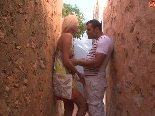 Блондинки тийн fucks туристически в alley