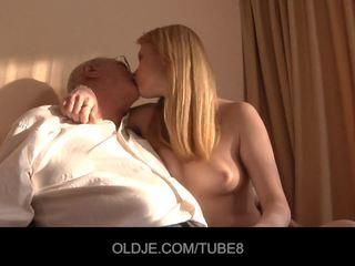 Geil roodharige meisje gets een seks verkoop van an oldje