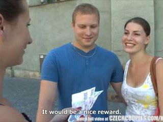Checa couples jovem casal takes dinheiro para público sexo a quatro